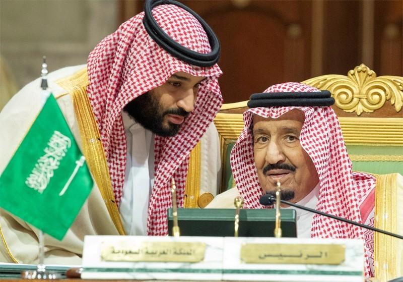 Saudi Arabia's Crown Prince Mohammed bin Salman talks with Saudi Arabia's King Salman bin Abdulaziz Al Saud during the Gulf Cooperation Council's (GCC) Summit in Riyadh, Saudi Arabia Dec. 9, 2018.  (Reuters Photo)