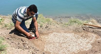 Des vagues découvrent une mosaïque sur un barrage au sud-est de la Turquie