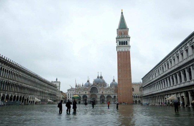People wade through a flooded St. Mark's Square during a period of seasonal high water, Venice, Nov. 24, 2019. (REUTERS Photo)