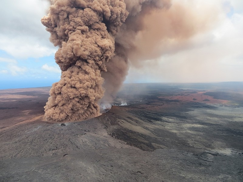 A handout photo made available by the United States Geological Survey shows a plume of ash rising from a crater in the Mount Kilauea volcano after a magnitude 6.9 earthquake struck the area, near Pahoa, Hawaii, USA, 04 May 2018. (EPA Photo)