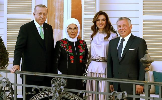 President Recep Tayyip Erdoğan (1st-L), his wife Emine Erdoğan (2nd-L) posing with Jordan's King Abdullah II (1st-R), his wife Queen Rania at the Tarabya Presidential Campus in Istanbul, Feb. 2, 2019. (AFP Photo/Jordanian Royal Palace/Yousef Allan)