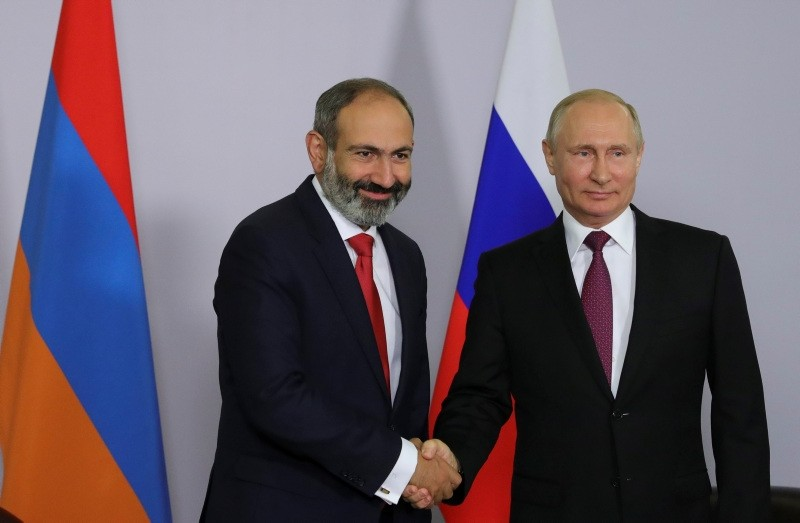 Russian President Vladimir Putin shakes hands with Armenian Prime Minister Nikol Pashinyan during their meeting in Sochi, Russia May 14, 2018 (Reuters Photo)