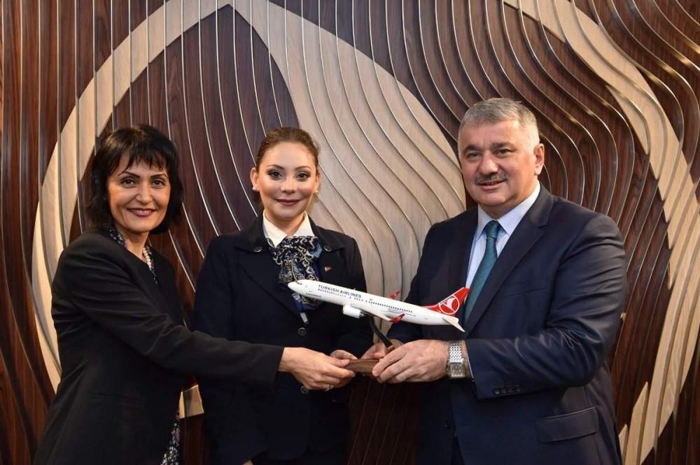 THY CEO Bilal Eku015fi (right) awarded the cabin crew.