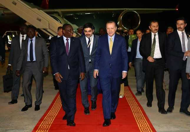 Senegalese President Macky Sall (L) welcomes President Erdoğan (R) upon his arrival in Senegal, late Wednesday, Feb. 28.