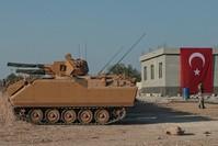 آليات عسكرية تركية على الحدود السورية (AP)