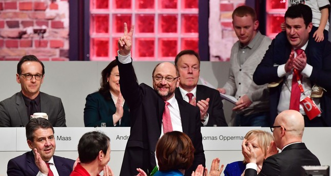 Newly elected SPD president and candidate for Chancellor of Germany's social democratic SPD party Martin Schulz flashes the V-sign after his election. (AFP Photo)