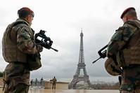 صورة أرشيفية لجنود فرنسيين في منطقة برج أيفل