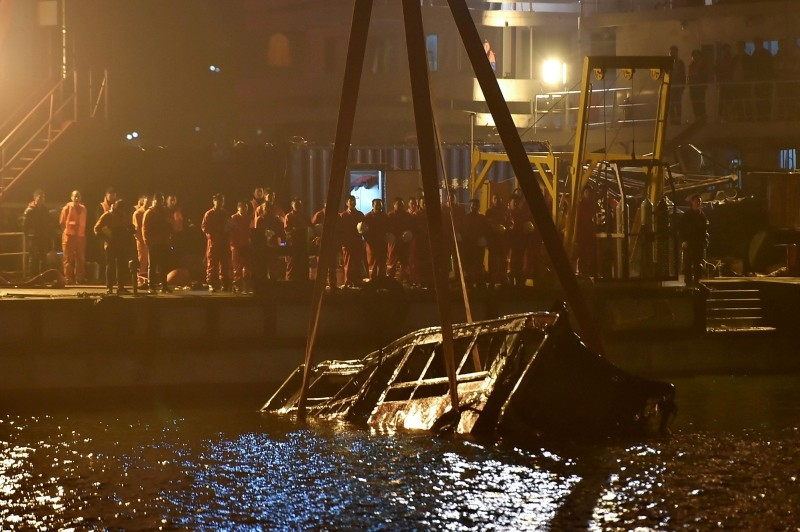 A crane salvages the wreckage of a bus after it plunged off a bridge into the Yangtze River in China's southwestern Chongqing early on November 1, 2018. (AFP Photo)