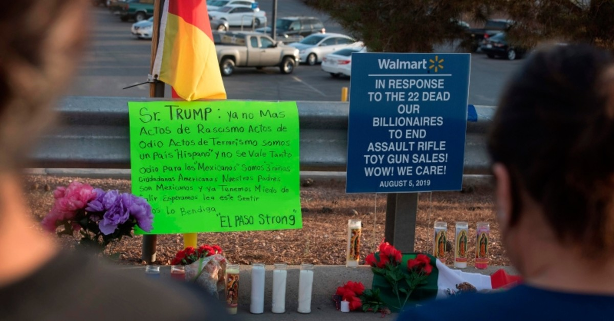 People pay their respects at a makeshift memorial for victims of Walmart shooting that left a total of 22 people dead at the Cielo Vista Mall WalMart in El Paso, Texas, on August 5, 2019. (AFP Photo)