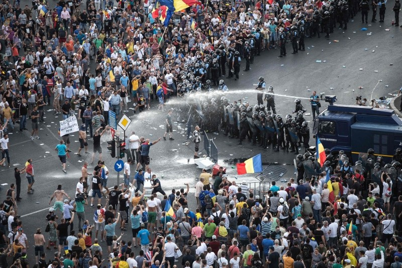 Riot police use water cannon against protesters in front of the Romanian Government headquarters in Bucharest, Romania on August 10, 2018. (AFP Photo)