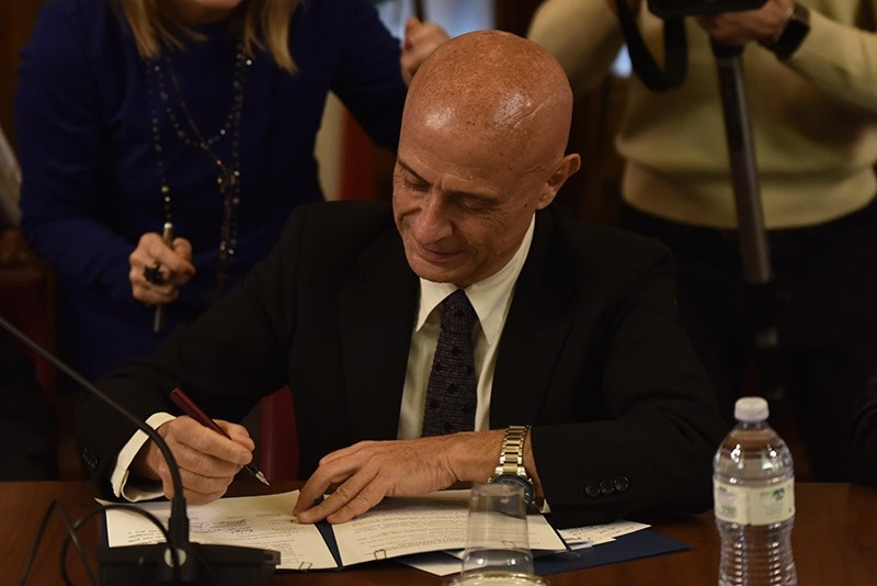 Italian Interior Minister Marco Minniti signs an anti-violence pact with Italyu2019s Muslim community on February 1 2016 in Rome, Italy. (AA Photo)