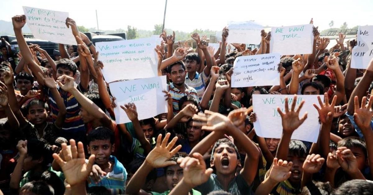 Hundreds of Rohingya refugees shout slogans in Teknaf, Nov. 15, 2018. (Reuters Photo)