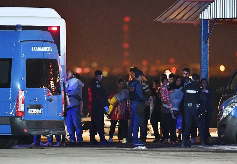 Migrants prepare to board buses at a refugee centre in the Midia Port, at the Black Sea coast, next to Navodari city September 13, 2017 (AFP Photo)