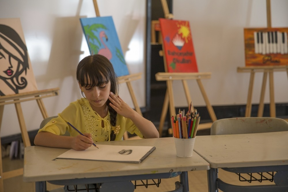 The nine-year-old daughter of el-Huseyin family, Mesa (,Diamond, in Turkish) excels in painting as a student at a Turkish private school where she is exploring her talent as an artist despite having never attended painting courses before.