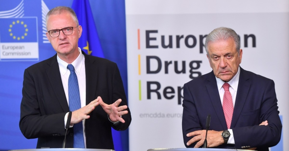 Commissioner for Migration, Home Affairs and Citizenship Dimitris Avramopoulos (R) and EMCDDA Director Alexis Goosdeel address a press conference at the European Commission in Brussels on June 6, 2019. (AFP Photo)