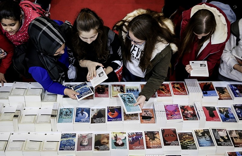 Young readers peruse books at the 37th International Istanbul Book Fair (AA Photo)