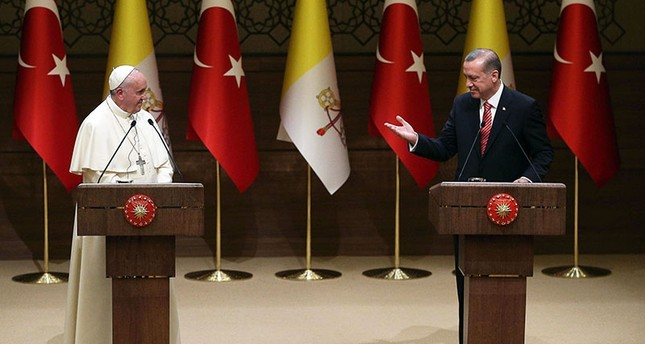 President Recep Tayyip Erdoğan (R) and Pope Francis (L) deliver a news conference following their meeting at the presidential palace in Ankara, Turkey, Nov. 28, 2014 (EPA File Photo)