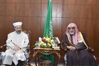 وزير الشؤون الإسلاميةالسعودي صالح بن عبد العزيز آل الشيخيمين و رئيس الشؤون الدينية التركي علي أرباش يسار