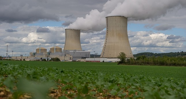 A picture taken on September 22, 2015 shows the Civaux Nuclear Power Plant at the edge of Vienne River between Confolens and Chauvigny, and 34 km southeast of Poitiers, Western France. (AFP Photo)