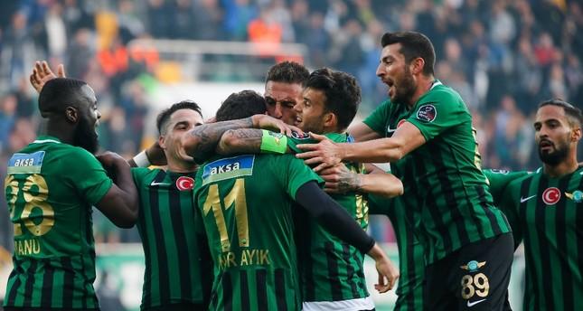 Akhisarspor players celebrate a goal against Bursaspor in Week 13 game of Süper Lig.