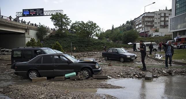 آثار السيول في حي ماماق بالعاصمة التركية أنقرة (الأناضول)