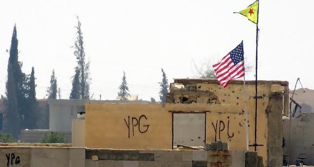 ب ي د الإرهابي يواصل رفع العلم الأمريكي فوق مبنى الجمارك بمدينة تل أبيض شمالي سوريا