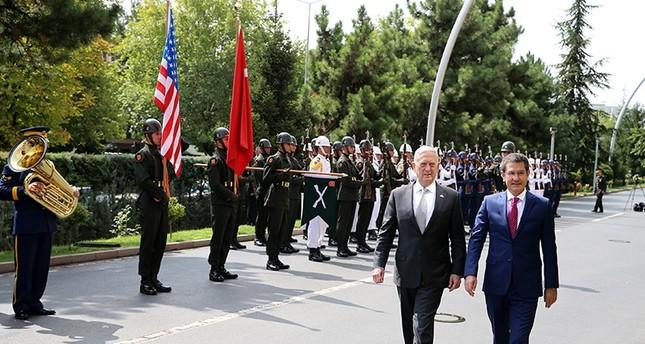 وزير الدفاع التركي في استقبال نظيره الأمريكي (رويترز)