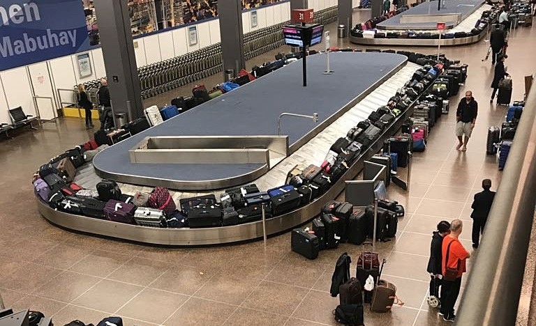 Luggages pile up at a carousel at a baggage claims area during a systems outage at Sea-Tac Airport in Seattle, Washington, U.S. in this January 1, 2018 picture obtained from social media. (Reuters Photo)