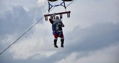 بابا نويل يحلق في سماء مدينة مرمريس التركية