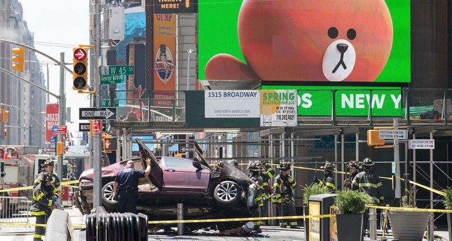 A wrecked car sits in the intersection of 45th and Broadway in Times Square, May 18, 2017 in New York City. (AFP Photo)