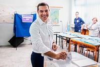 رئيس الوزراء اليوناني، أليكسيس تسيبراس مدلياً بصوته في انتخابات البرلمان الأوروبي (AP)