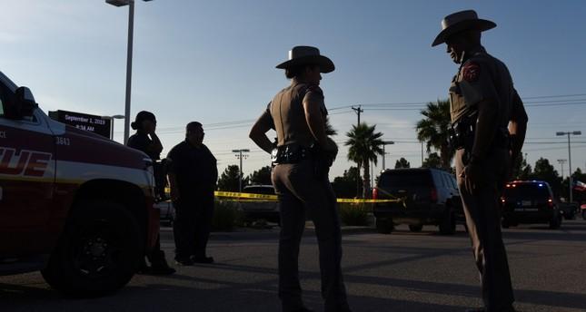 رجال من الشرطة في موقع إطلاق النار بتكساس