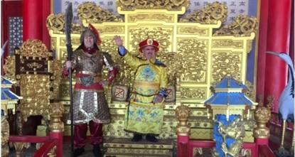 pDer Gouverneur der Mittelmeer-Provinz Antalya, Münir Karaloğlu, teilte am Montag ein Bild auf Twitter, bei dem er in traditioneller chinesischer Kleidung zu sehen ist und chinesische Touristen in...