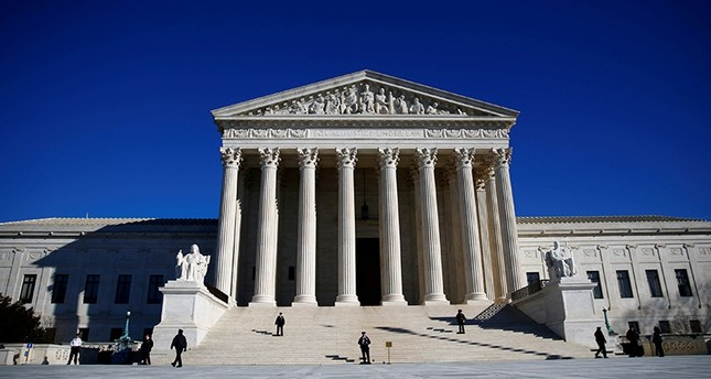 Police officers stand in front of the U.S. Supreme Court in Washington, U.S., Jan. 19, 2018. (Reuters Photo)