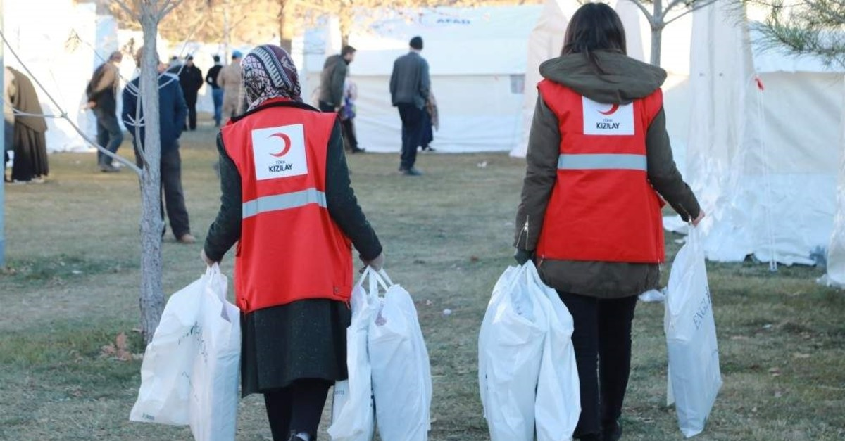 Red Crescent crews carry aid packages for victims, Elaz??, Jan. 29, 2020. (AA Photo)