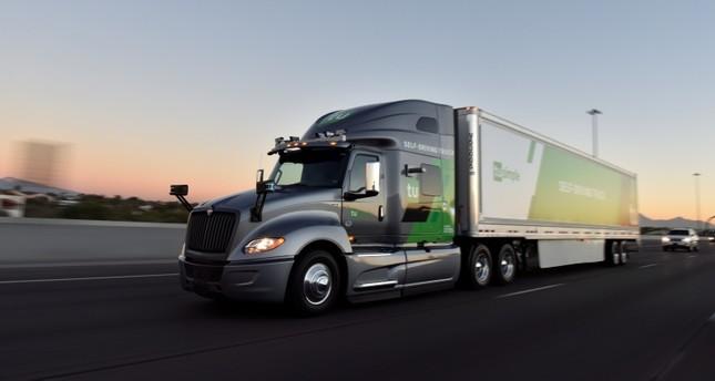 Des colis livrés par des camions sans chauffeurs aux États-Unis (vidéo) By Jack35 Self-driving-trucks-begin-mail-delivery-trial-for-us-postal-service-1558458928951