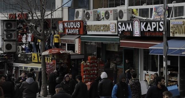 أحد الأسواق في محيط ميدان أسنيورت يضم مطاعم ومحلات عربية