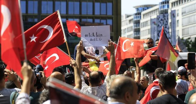المئات يتظاهرون في برلين تضامنا مع مسعود أوزيل