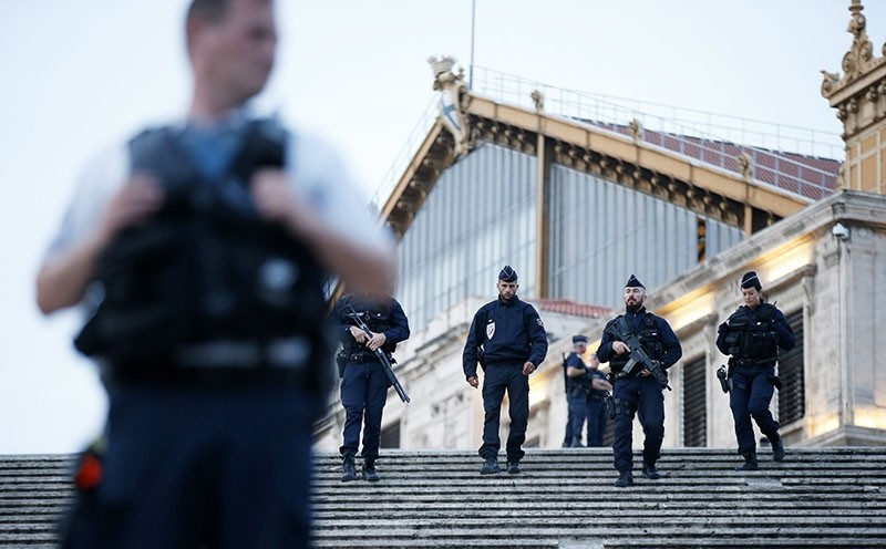Police offciers guard at the train station of Saint Charles after a man armed with a knife had allegedly attacked passengers at the train station, in Marseille, France, 01 October 2017 (EPA Photo)