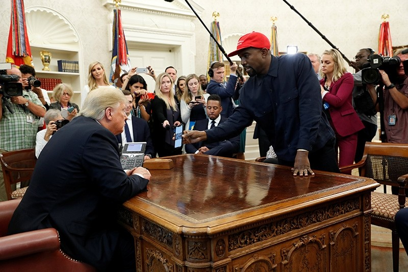 Rapper Kanye West shows President Donald Trump his mobile phone during a meeting in the Oval Office at the White House in Washington, U.S., Oct. 11, 2018. (Reuters Photo)