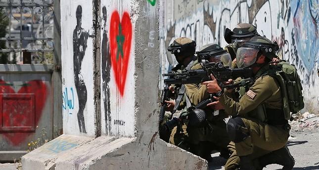 مئات الأسرى الفلسطينيين بالسجون الإسرائيلية يضربون عن الطعام