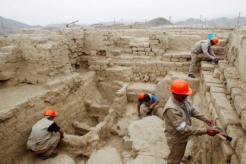 People work at the remains of a coastal pyramid site called El Castillo de Huarmey, 185 miles (299 km) north of Lima, June 27, 2013 (Reuters File Photo)