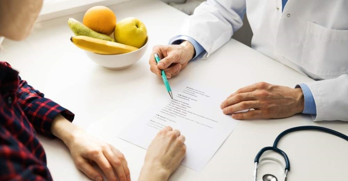 A patient consults her dietician. (iStock)