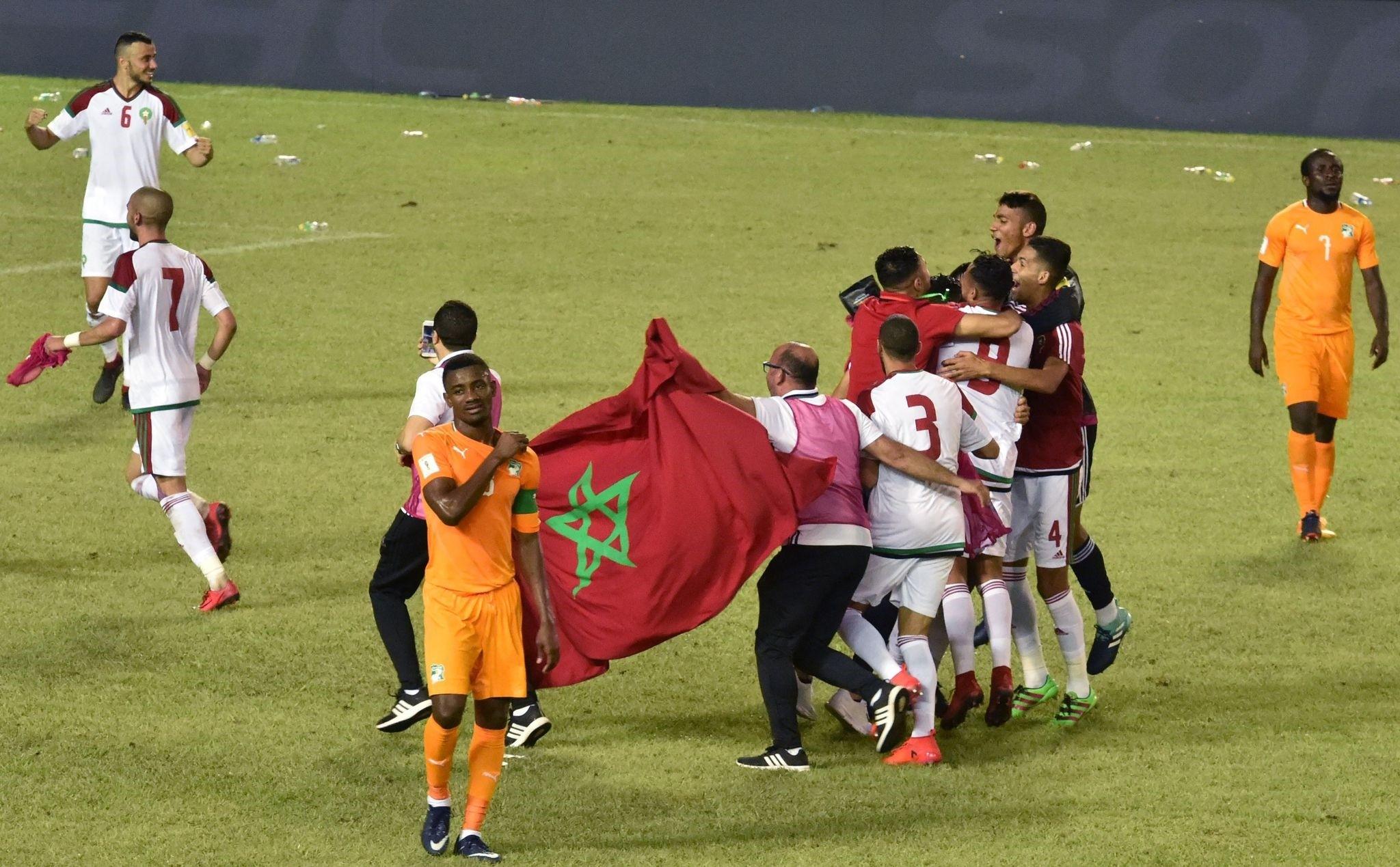 Morocco's players celebrate at the Felix Houphouet-Boigny stadium in Abidjan on November 11, 2017. (AFP Photo)