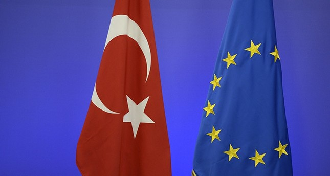 The Turkish national flag L and the EU flag are pictured ahead of a summit on relations between the European Union and Turkey and on managing the migration crisis, on November 29, 2015 in Brussels. AFP Photo