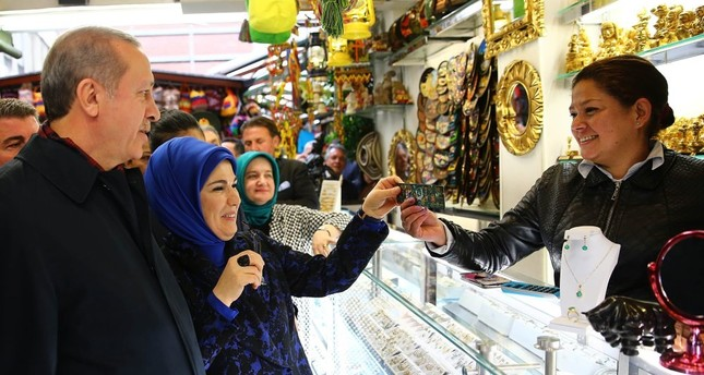 President Recep Tayyip Erdoğan and first lady Emine Erdoğan shop for traditional Colombian products in the local gift shops of Bogota during the president's first official visit to the South American continent, Oct. 2, 2015.