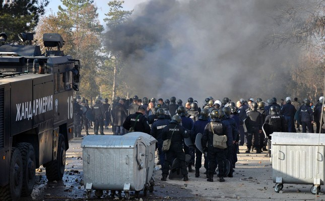 Bulgarian riot police stand near garbarge bins during clashes in the migrants reception centre in the town of Harmanlı on November 24, 2016. AFP Photo