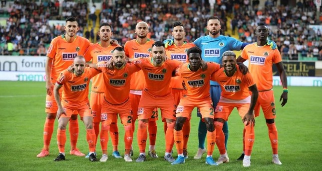 Alanyaspor players pose on the sidelines of a match against Medipol Ba?ak?ehir, Antalya, Nov. 2, 2019. DHA Photo