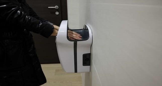 علماء: مجففات اليدين الهوائية في المراحيض سبب رئيسي في نقل الجراثيم ويجب حظرها