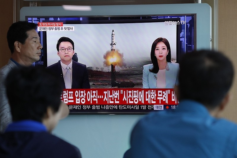 South Koreans watch a television displaying news broadcasts reporting on North Korea's recent ballistic missile launch, at a station in Seoul, South Korea, 14 May 2017 (EPA Photo)